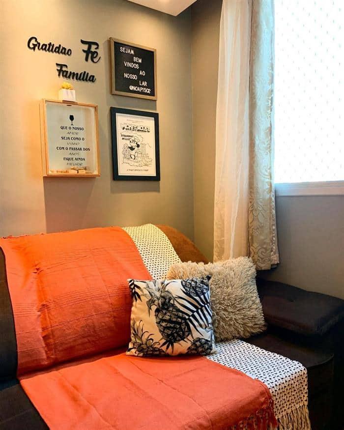sofá com duas mantas