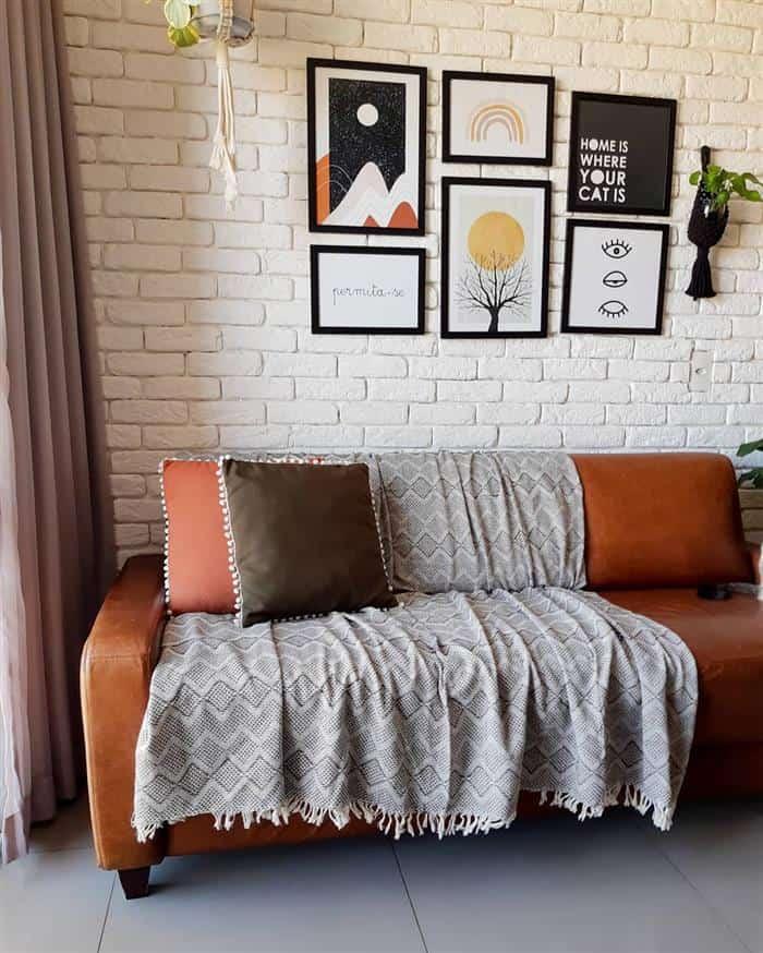 sofa com manta cinza