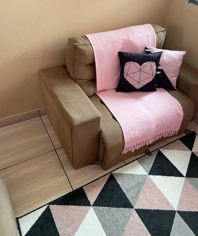 sofa pequeno com manta
